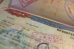 Página del pasaporte con los visados de control coreanos de la visa y de la inmigración Imagen de archivo