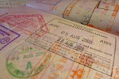 Página del pasaporte con los visados de control de la inmigración de Singapur Foto de archivo