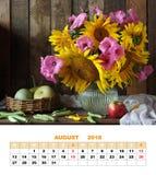 Página diseño calendario agosto de 2018 Ramo de girasoles, calabaza Fotos de archivo