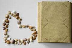 Página do álbum de fotografias e coração das conchas do mar foto de stock