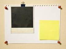 Página do bloco de notas com frame e nota da câmera Fotos de Stock Royalty Free