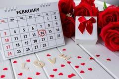 Página do calendário com mão vermelha um destaque escrito do coração o 14 de fevereiro do dia de Valentim de Saint fotografia de stock