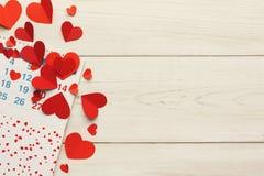 Página do calendário com os corações vermelhos o 14 de fevereiro Foto de Stock