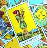Página do cartão de tarô dos Pentacles que procura/empreendedor alto de pensamento das perspectivas excelentes da abundância do s fotos de stock royalty free
