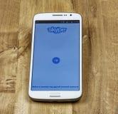 A página do começo da aplicação livre de Skype está aberta na tela do ` s do smartphone Foto de Stock Royalty Free