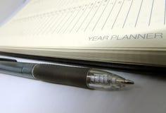 Página do diário do planejador do ano com pena preta fotografia de stock royalty free