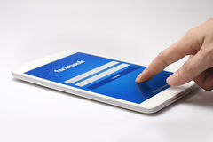 Página do início de uma sessão de Facebook na tela da tabuleta Imagem de Stock