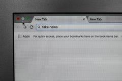 Página do navegador de Internet com NOTÍCIA FALSIFICADA das palavras na barra da busca fotografia de stock