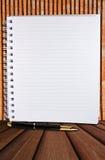 Página em branco branca com fileira e a pena clássica Fotografia de Stock