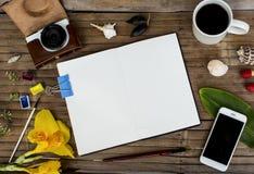 Página en blanco en fondo de madera rústico Foto plana de la endecha con la cámara blanca y negra, café, smartphone Fotos de archivo