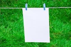 Página ou nota no clotherline com clotherspins Imagem de Stock Royalty Free