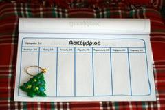 Página sin llenar del cuaderno y un ornamento del árbol de navidad imágenes de archivo libres de regalías