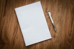 Página vazia do caderno e do lápis branco, conceito do negócio Imagens de Stock