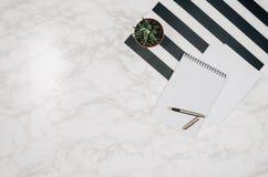 Página vazia do caderno no fundo de mármore branco da tabela Imagem de Stock Royalty Free