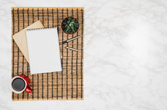 Página vazia do caderno no fundo de mármore branco da tabela Fotografia de Stock Royalty Free