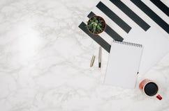 Página vazia do caderno no fundo de mármore branco da tabela Foto de Stock
