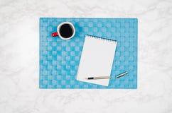 Página vazia do caderno no fundo de mármore branco da tabela Fotos de Stock Royalty Free