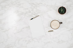 Página vazia do caderno no fundo de mármore branco da tabela Foto de Stock Royalty Free