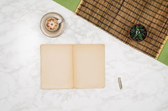 Página vazia do caderno no fundo de mármore branco da tabela Fotografia de Stock