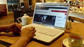 Página web de Indycar en la pantalla del ordenador portátil en café metrajes