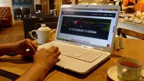 Página web de Indycar en la pantalla del ordenador portátil en café almacen de metraje de vídeo