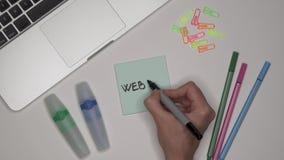 PÁGINA WEB de la escritura de la mano de la mujer en la libreta almacen de video