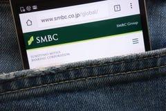 Página web de la sociedad de actividades bancarias de Sumitomo Mitsui SMBC exhibida en el smartphone ocultado en bolsillo de los  imágenes de archivo libres de regalías