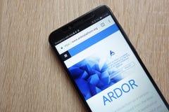 Página web del cryptocurrency del ardor ARDR exhibida en el smartphone 2018 de Huawei Y6 fotos de archivo libres de regalías