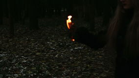 Páginas ardientes de la muchacha gótica del libro almacen de video