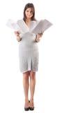 Páginas da preensão da mulher nova do papel. Paperworker imagens de stock