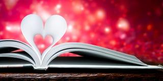 Páginas dadas forma coração fotografia de stock royalty free