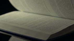 Páginas de lançamento rápidas do livro vídeos de arquivo