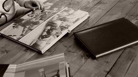 Páginas de revisão da mulher do álbum de fotografias filme