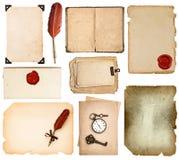 Páginas del libro del vintage, tarjetas, fotos, pedazos aislados en blanco Foto de archivo
