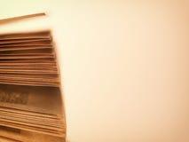 Páginas dispersadas de un libro abierto, en beige Imágenes de archivo libres de regalías