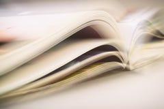 Páginas do livro aberto que reclina na tabela Imagens de Stock