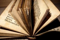 Páginas velhas da Bíblia imagem de stock