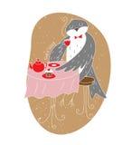 Pájaro antropomorfo del trago que bebe té caliente en la tabla Fotografía de archivo