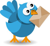 Pájaro azul con un sobre de papel Fotos de archivo