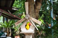 Pájaro de cerámica en casa imágenes de archivo libres de regalías