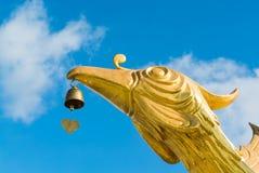 Pájaro de la grúa con la estatua de la campana Imagenes de archivo
