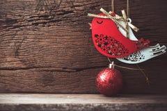 pájaro de la Navidad y decoración de la bola en el fondo de madera con la copia Fotos de archivo libres de regalías