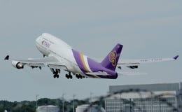 Pájaro grande de Thai Airways International que saca de aeropuerto imagen de archivo libre de regalías