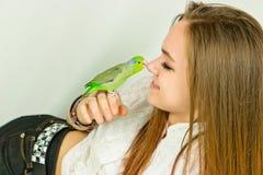 Pájaro que besa a la muchacha sonriente Imágenes de archivo libres de regalías