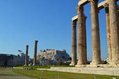 Pájaros, acrópolis y templo del zeus en Atenas Imágenes de archivo libres de regalías