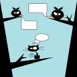 Pájaros contra gato en árbol Imagen de archivo