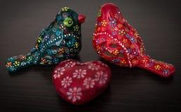 Pájaros de cerámica preciosos con el corazón rojo Imágenes de archivo libres de regalías