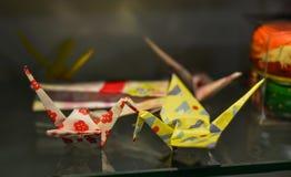 Pájaros de la papiroflexia para las decoraciones en la casa imágenes de archivo libres de regalías