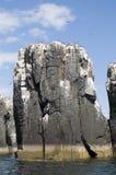 Pájaros de mar que jerarquizan en pináculo de la roca Imagenes de archivo