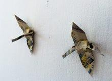 Pájaros de papel doblados el cielo Fotos de archivo